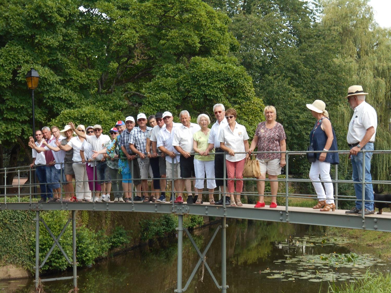 Pose café à  Charolles sur le petit pont de pierre qui enjambe la rivière